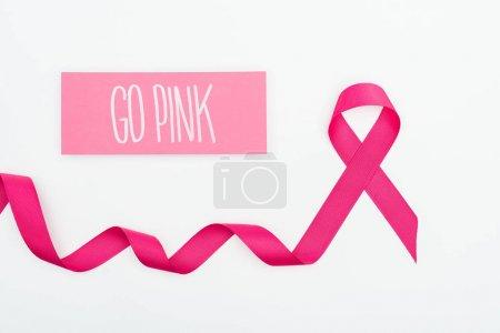 Photo pour Vue du dessus du ruban et de la carte de cancer du sein cramoisi incurvé avec lettrage rose sur fond blanc - image libre de droit