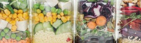 Foto de Vista de cerca de la ensalada de verduras frescas en frascos de vidrio en mesa blanca de madera aislada en blanco - Imagen libre de derechos