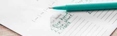 Photo pour L'accent sélectif du stylo vert sur le planificateur - image libre de droit