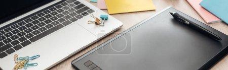 Photo pour Vue panoramique de la tablette de dessin et de l'ordinateur portatif sur la table en bois - image libre de droit