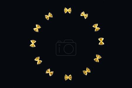 Photo pour Vue supérieure des pâtes farfalle en cercle isolé sur le noir - image libre de droit