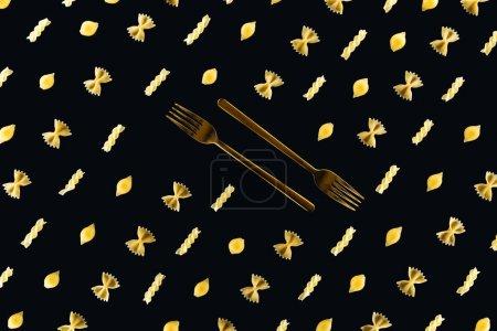 Photo pour Pose plate de différents types de pâtes avec deux fourchettes en métal au milieu isolé sur noir - image libre de droit