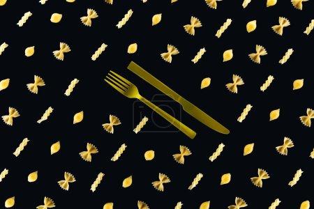 Photo pour Plat lay de différents genres de pâtes avec la fourchette jaune en plastique et le couteau au milieu isolé sur le noir - image libre de droit