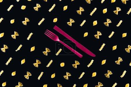 Photo pour Pose plate de différents types de pâtes avec fourchette en plastique rose et couteau au milieu isolé sur noir - image libre de droit