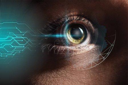 Foto de Vista de cerca del ojo humano con la ilustración de datos, concepto robótico - Imagen libre de derechos