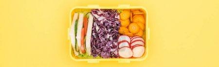 Photo pour Coup panoramique de boîte à lunch avec la nourriture sur le fond jaune - image libre de droit