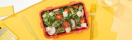 Photo pour Coup panoramique de boîte à lunch avec salade près de la banane, couteau et fourchette - image libre de droit