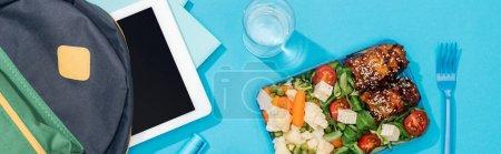 Photo pour Plan panoramique de sac à dos avec dossiers, tablette numérique, papeterie près du verre d'eau et boîte à lunch - image libre de droit