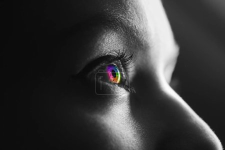 Photo pour Plan noir et blanc de l'homme avec oeil arc-en-ciel coloré - image libre de droit