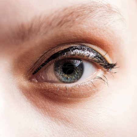 Photo pour Fermer vers le haut la vue de l'oeil bleu de femme regardant l'appareil-photo - image libre de droit