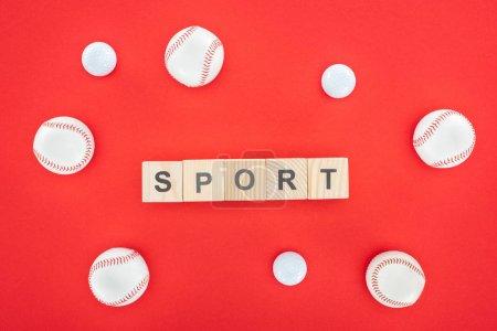 Photo pour Lettrage sportif sur cubes en bois près de softballs isolés sur rouge - image libre de droit