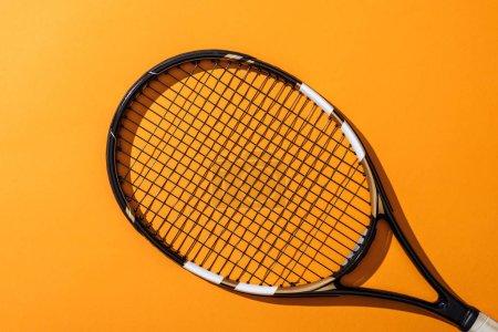 Photo pour Vue de dessus de raquette de tennis noire sur jaune - image libre de droit