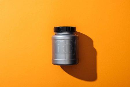 Photo pour Vue du dessus du pot en plastique gris avec des protéines sur jaune - image libre de droit