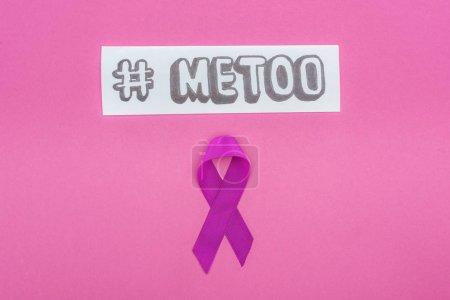 Photo pour Vue d'en haut de la violence conjugale ruban de sensibilisation violet près du papier avec hashtag moi trop isolé sur rose - image libre de droit