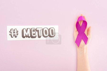 Photo pour Vue recadrée du ruban de sensibilisation violet sur la main de la femme près du papier avec hashtag moi trop isolé sur rose - image libre de droit