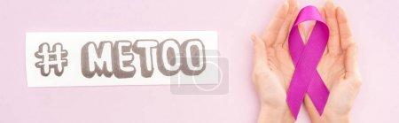 Photo pour Plan panoramique de ruban de sensibilisation violet sur les mains de la femme près du papier avec hashtag moi trop isolé sur rose - image libre de droit
