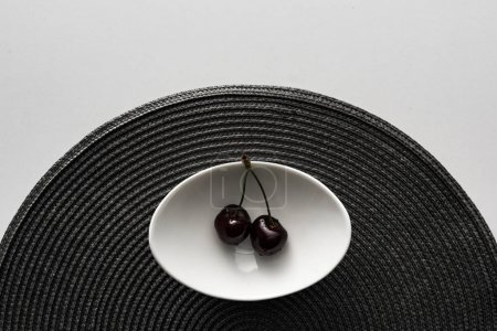 Photo pour Vue du haut des cerises fraîches, douces et mûres couvertes de gouttes d'eau sur le bol - image libre de droit