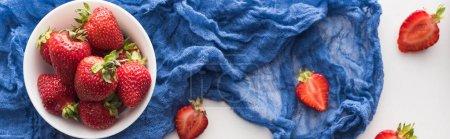 Photo pour Plan panoramique de fraises fraîches et mûres sur bol avec chiffon bleu - image libre de droit