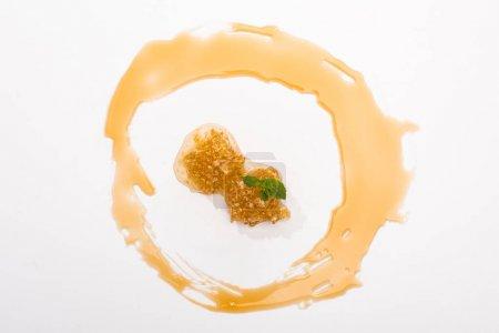 Photo pour Vue supérieure du cercle de miel et du nid d'abeilles avec la menthe d'isolement sur le blanc - image libre de droit