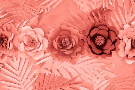 Photo pour Plat lay avec le papier tropical corail a coupé des feuilles de palmier et des fleurs, fond minimaliste - image libre de droit