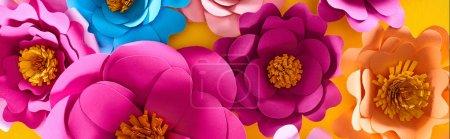 Photo pour Plat couché avec du papier coupé multicolore fleurs brillantes sur fond jaune - image libre de droit
