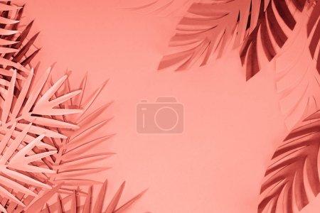 Photo pour Cadre de feuilles de palmier découpées en papier corail tropical, fond minimaliste avec espace de copie - image libre de droit