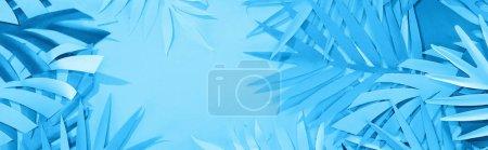 Photo pour Plan panoramique de feuilles de papier sur le fond minimaliste bleu avec l'espace de copie - image libre de droit