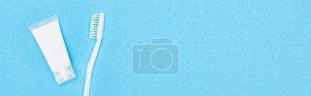 Photo pour Plan panoramique de brosse à dents blanche et dentifrice isolé sur bleu - image libre de droit