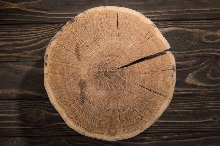 Foto de Vista superior de la tabla de cortar madera en la mesa marrón - Imagen libre de derechos
