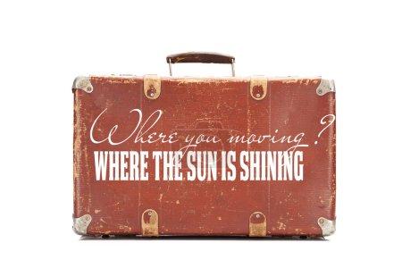Foto de Maleta vintage marrón envejecido con donde se mueve la pregunta y donde el sol está brillando ilustración respuesta aislada en blanco - Imagen libre de derechos