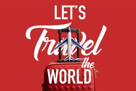 Photo pour Sac de voyage texturé coloré rouge avec modèle d'avion isolé sur rouge avec permet de voyager dans le monde illustration - image libre de droit