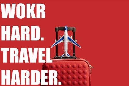 Photo pour Sac de voyage couleur texturée avec modèle d'avion isolé sur rouge avec le travail dur, Voyage plus dur illustration - image libre de droit