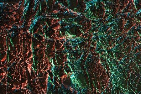 Foto de Vista superior de papel de aluminio arrugado con reflejo de iluminación colorido - Imagen libre de derechos