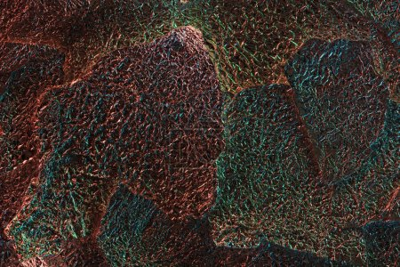 Photo pour Fond abstrait du papier d'aluminium brillant texturé en lambeaux avec l'illumination colorée - image libre de droit