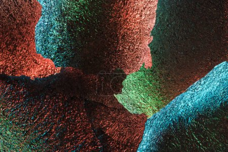 Foto de Fondo abstracto de piezas de papel de aluminio texturizado brillante con iluminación colorida - Imagen libre de derechos