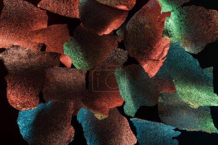 Photo pour Fond abstrait de feuille d'argent déchiquetée avec éclairage coloré isolé sur noir - image libre de droit