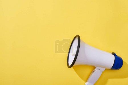 Ansicht des Lautsprechers von oben auf gelbem Hintergrund mit Kopierraum