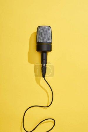 Photo pour Vue supérieure du microphone sur le fond lumineux et coloré - image libre de droit