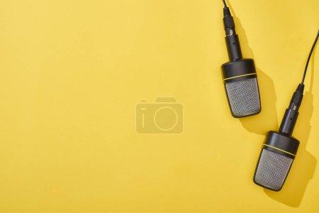Photo pour Vue supérieure des microphones sur le fond lumineux et coloré - image libre de droit