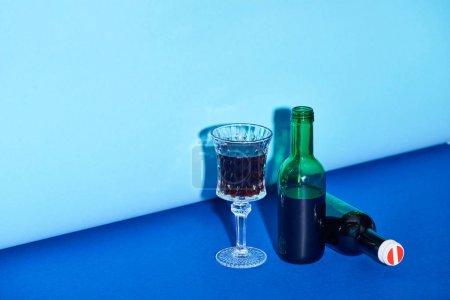 Photo pour Verre et bouteilles sur le fond lumineux et coloré avec l'espace de copie - image libre de droit