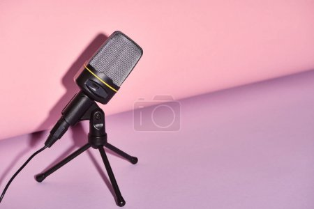 Photo pour Microphone noir sur le fond lumineux et coloré avec l'espace de copie - image libre de droit