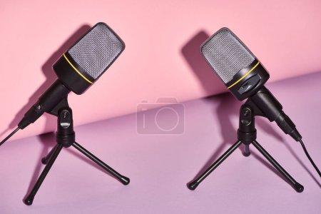 Photo pour Microphones noirs sur fond lumineux et coloré avec l'espace de copie - image libre de droit