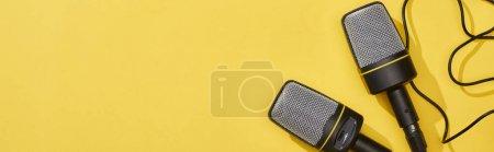 Photo pour Coup panoramique des microphones sur fond lumineux et coloré - image libre de droit