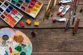 """Постер, картина, фотообои """"верхний вид палитры краски и инструментов рисования на деревянной поверхности с копировальной"""""""