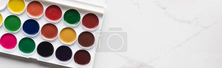 Photo pour Vue supérieure de la palette de peinture d'aquarelle sur la surface blanche de marbre avec l'espace de copie, projectile panoramique - image libre de droit