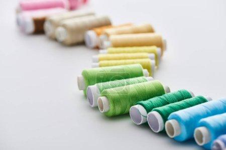 Photo pour Foyer sélectif de fils lumineux et colorés sur fond blanc - image libre de droit
