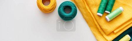 Photo pour Coup panoramique de tissu, boules de fil de tricot et fils sur le fond blanc - image libre de droit