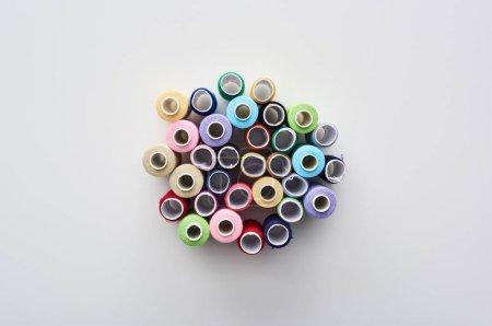 Foto de Vista superior de hilos brillantes y coloridos sobre fondo blanco - Imagen libre de derechos