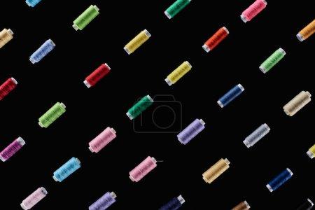 Photo pour Vue supérieure des fils lumineux et colorés d'isolement sur le noir - image libre de droit