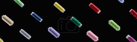 Photo pour Coup panoramique de fils lumineux et colorés isolés sur le noir - image libre de droit
